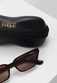 VOGUE Eyewear - GIGI HADID - Aurinkolasit - dark havana - 3