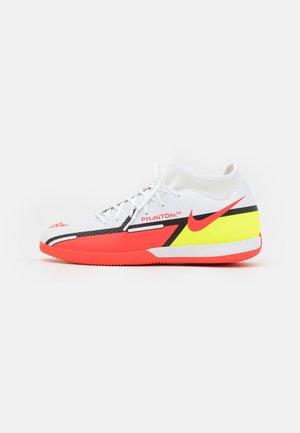 PHANTOM GT2 ACADEMY DF IC - Zaalvoetbalschoenen - white/bright crimson/volt
