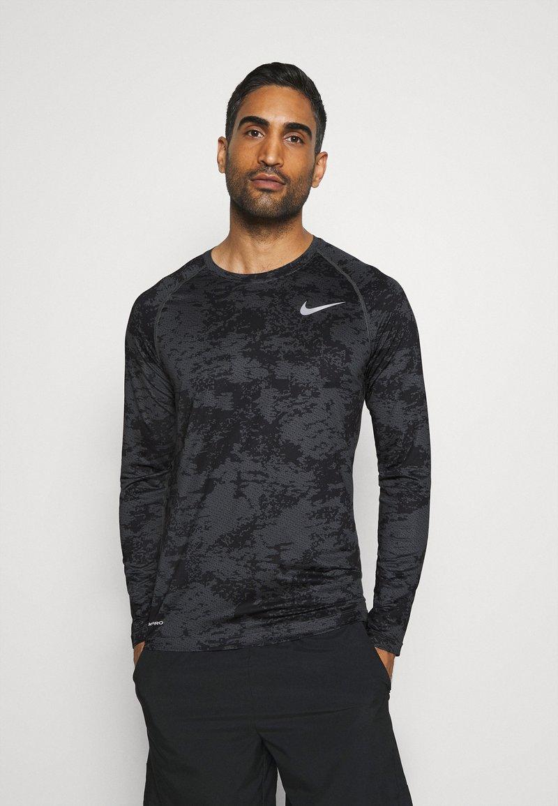 Nike Performance - T-shirt de sport - iron grey/white