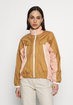 CLUB NOMADE WIND JACKET - Lehká bunda - tan/pink