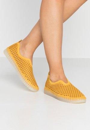 TULIP LUX - Slip-ons - golden rod