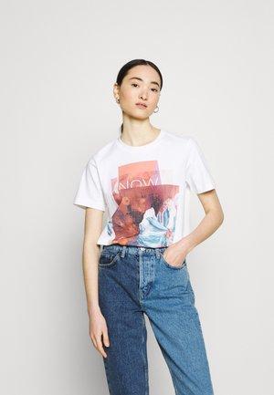 COLLAGE PRINT BOXY TEE - Print T-shirt - bright white