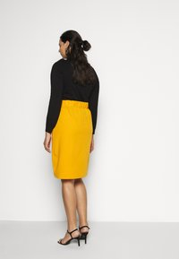 Simply Be - WRAP MIDI SKIRT WITH BUCKLE DETAIL - Blyantskjørt - saffron - 2