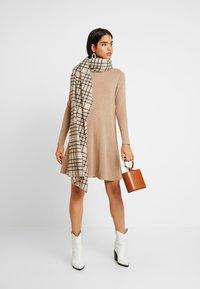 Vero Moda Tall - VMHAPPY ROLLNECK DRESS - Strikket kjole - tobacco brown - 1