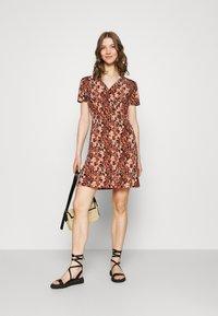 Pieces - PCEMANUELLE DRESS - Vestito di maglina - duna/black - 1