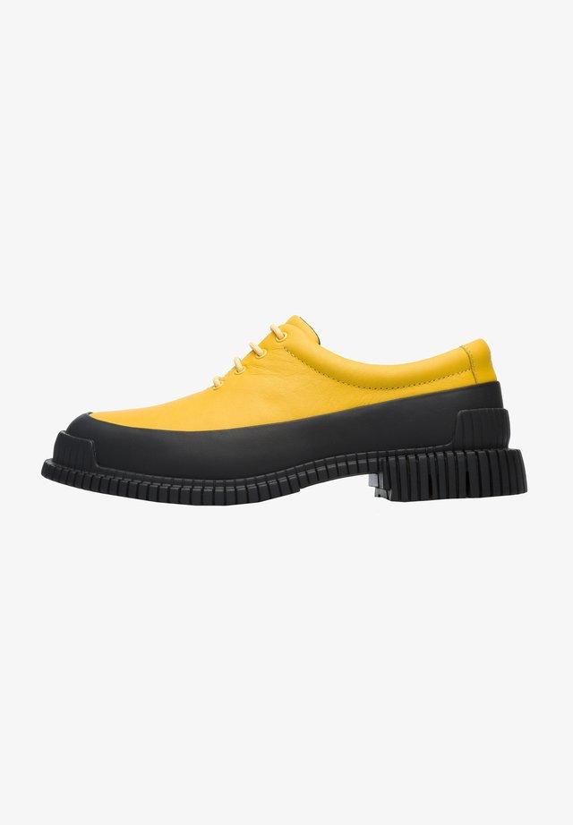 PIX - Sportieve veterschoenen - gelb