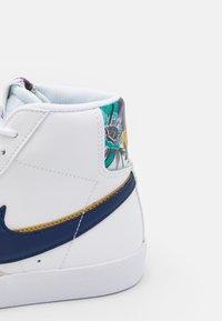 Nike Sportswear - BLAZER MID '77 UNISEX - High-top trainers - white/blue void/gold - 5