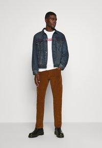 Levi's® - BOXTAB GRAPHIC TEE UNISEX - Print T-shirt - neutrals - 1