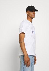 Levi's® - FIT TEE - Print T-shirt - neutrals - 3