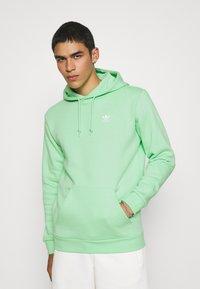 adidas Originals - ESSENTIAL ORIGINALS ADICOLOR HOODIE UNISEX - Bluza z kapturem - glory mint - 0
