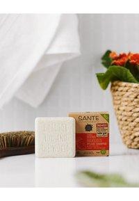 Sante - MOISTURISING SOLID CARE-SHAMPOO ORGANIC MANGO & ALOE VERA - Shampoo - - - 3