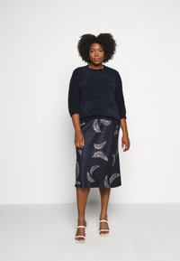 CAPSULE by Simply Be - FEATHER PRINT COLUMN MIDI SKIRT - Pencil skirt - navy - 1