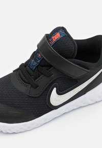 Nike Performance - REVOLUTION 5 UNISEX  - Hardloopschoenen neutraal - black/white/bright crimson - 5