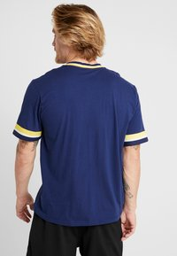 Mitchell & Ness - NCAA MICHIGAN THE OVERTIME WIN TEE - T-shirt imprimé - navy - 2