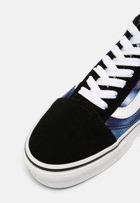 Vans - UA OLD SKOOL - Tenisky - black/true white - 7