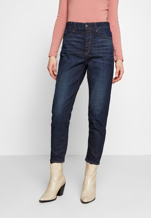 JANEH ULTRA HIGH MOM ANKLE - Relaxed fit jeans - worn in deep forest
