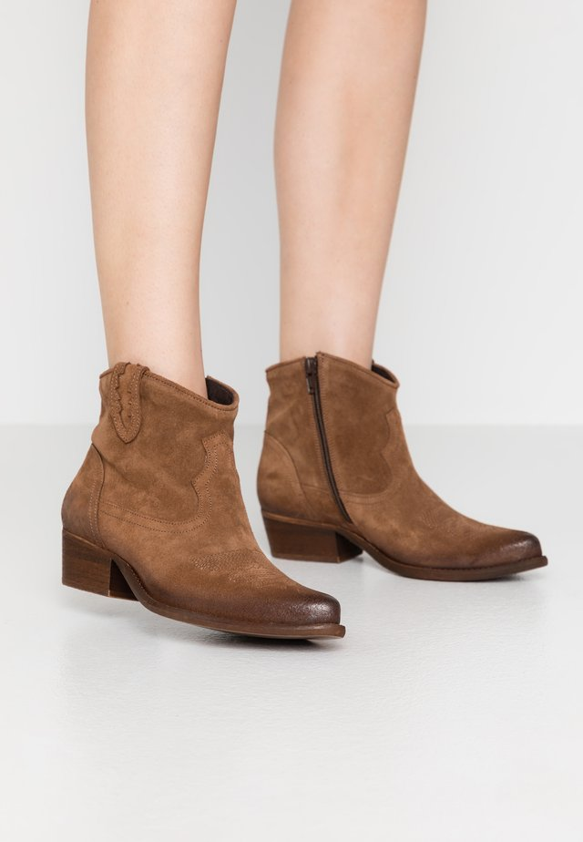 WEST WIDE FIT - Cowboy/biker ankle boot - tan