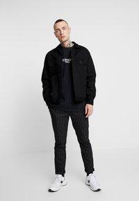 Topman - UNISEX TORONTO REFLECTIVE TEE - T-shirt z nadrukiem - black - 1