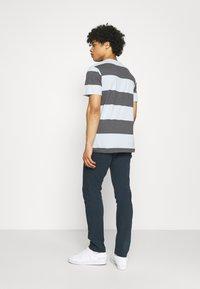 Wrangler - LARSTON - Jeans Skinny Fit - navy - 2