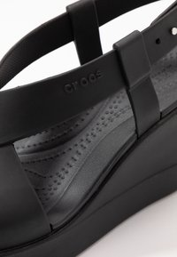 Crocs - BROOKLYN HIGH - Pantoffels - black - 2