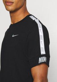 Nike Sportswear - REPEAT TEE  - T-shirt med print - black - 5
