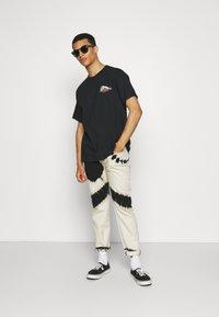 Mennace - HAVANA DRAGON REGULAR - T-shirt con stampa - black - 1