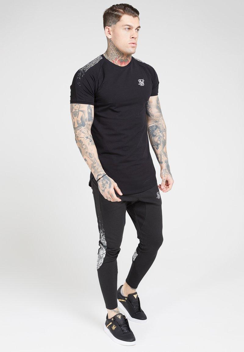 SIKSILK - Print T-shirt - black  silver