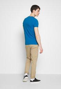 Tommy Hilfiger - STRETCH SLIM FIT VNECK TEE - T-shirts basic - blue - 2