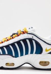Nike Sportswear - AIR MAX TAILWIND - Zapatillas - white/saffron quartz/magma orange/obsidian/cerulean - 2