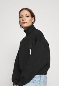 Calvin Klein Jeans - ROLL NECK - Mikina - black - 4