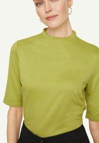 comma - Basic T-shirt - spring green - 3