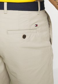 Tommy Hilfiger - BROOKLYN LIGHT BELT - Shorts - beige - 4