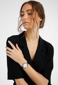 DKNY - EASTSIDE - Uhr - silber/roségold - 0