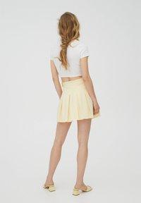 PULL&BEAR - MIT KELLERFALTEN UND SCHNALLE - Spódnica plisowana - beige - 2