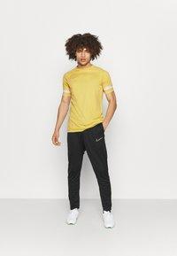 Nike Performance - Camiseta estampada - saturn gold/white - 1