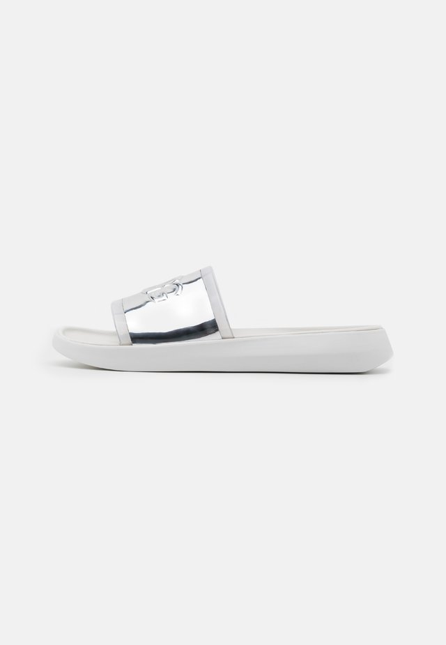 HILAMA SLIDE - Pantofle - white