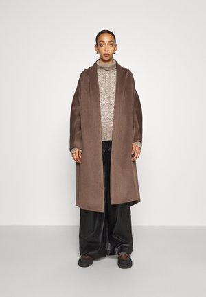 RAY COAT - Klasický kabát - chestnut