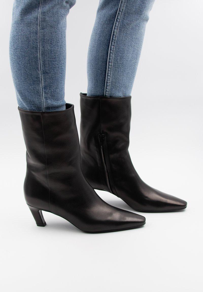 LEYLO i'ELUA - LUANA - Korte laarzen - schwarz