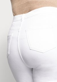 New Look Curves - CAMBODIA - Straight leg jeans - white - 3