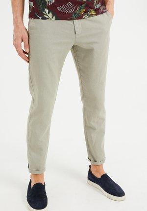 Pantalones chinos - greyish green
