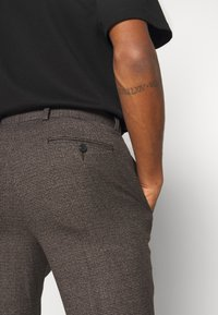 Isaac Dewhirst - CHECKFLAT FRONT TROUSER - Broek - brown - 5