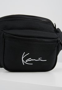 Karl Kani - SIGNATURE WAIST BAG - Ledvinka - black - 7