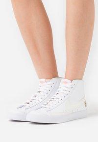 Nike Sportswear - BLAZER MID  - Zapatillas altas - white/sail/metallic gold/atomic pink - 0