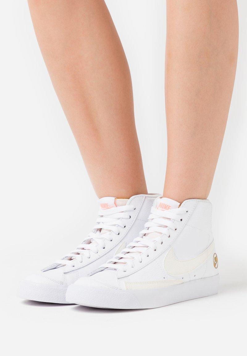 Nike Sportswear - BLAZER MID  - High-top trainers - white/sail/metallic gold/atomic pink