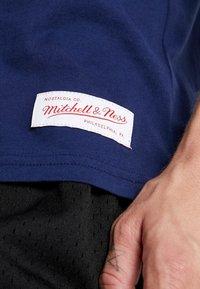 Mitchell & Ness - NCAA MICHIGAN THE OVERTIME WIN TEE - T-shirt imprimé - navy - 6