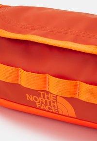 The North Face - TRAVEL CANISTER UNISEX - Trousse - burnt ochre/power orange - 4