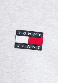 Tommy Jeans - BADGE TEE  - T-paita - silver grey heather - 5