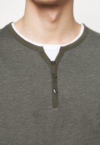 Pier One - T-Shirt basic - mottled olive - 4