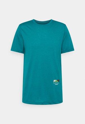 TEE TRAIL - Print T-shirt - bright spruce