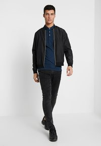 Only & Sons - ONSSTAN FITTED TEE  - Polotričko - ensign blue/black - 1